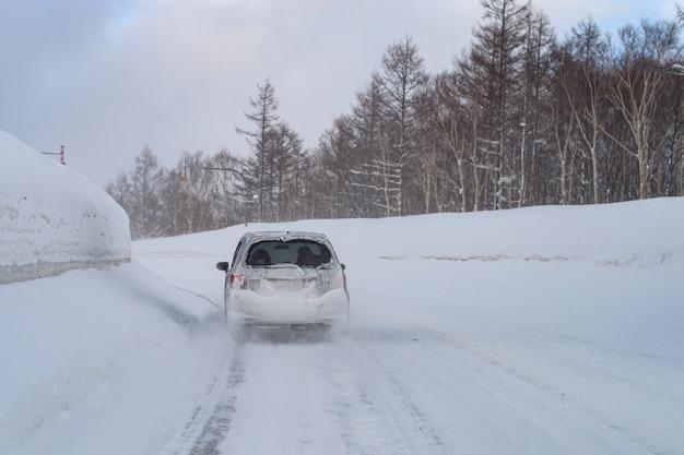 Автомобиль на зимних дорогах