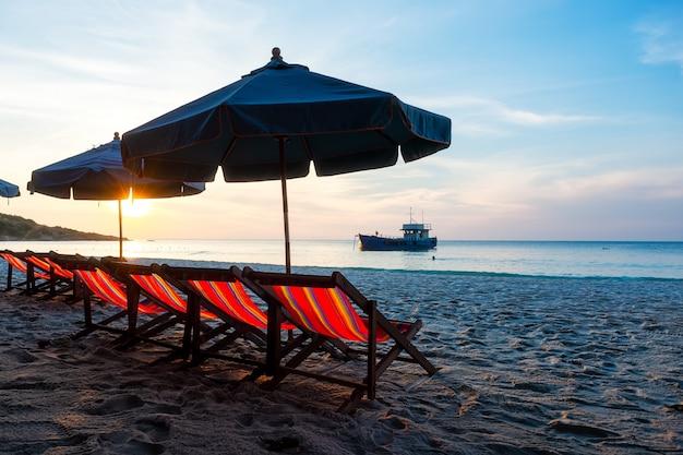 Закат в море на ко самет, таиланд