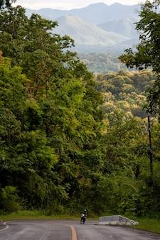 タイ北部の谷の道