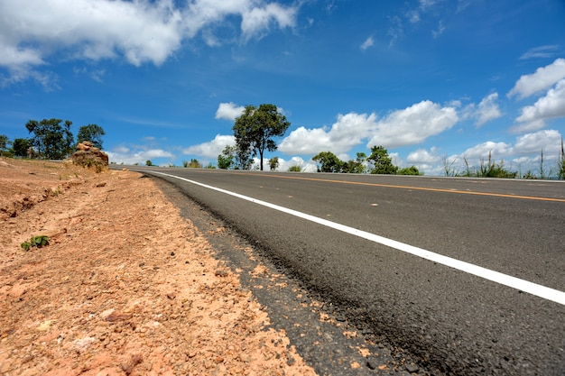 道路と青い空
