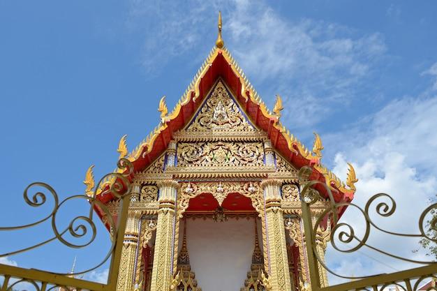 ブルースカイの寺院の屋根