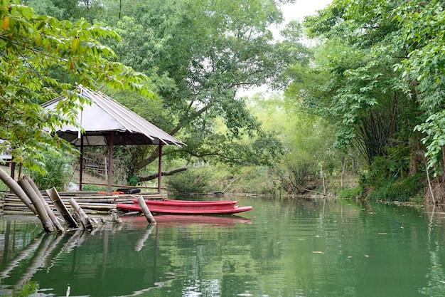 川でカヤックの男