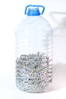 Алюминиевые язычки в бутылке