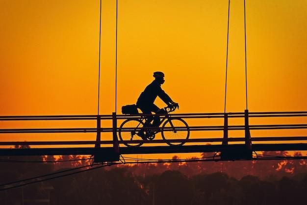 橋の上のシルエット自転車