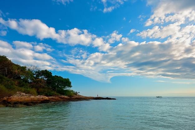Камень и море