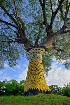 寺院の金の木