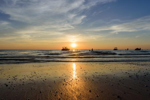 ビーチのライト・サンセットの近くのボート・シャドー