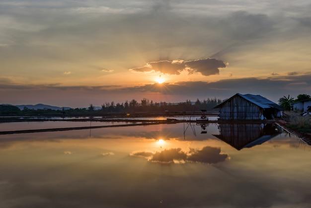 家の近くの夕日と水、古い、夕日