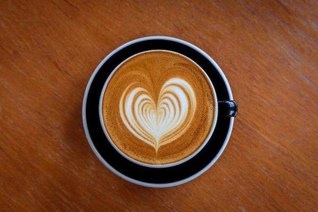 コーヒーショップで熱いラテコーヒー