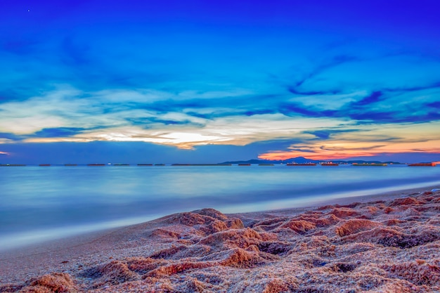 日没の長い露出の海の空の雲
