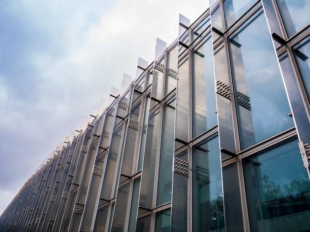 テキストの屋外の低角度のビューのための人々のスペースがない建物の外観を抽象化します。