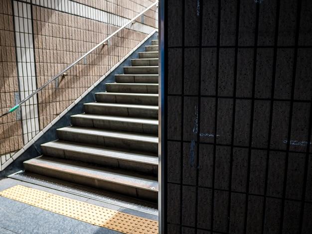 抽象的な高コントラスト地下鉄建物の背景。