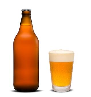 Стекло пива и бутылки брайна изолированных на белой предпосылке.