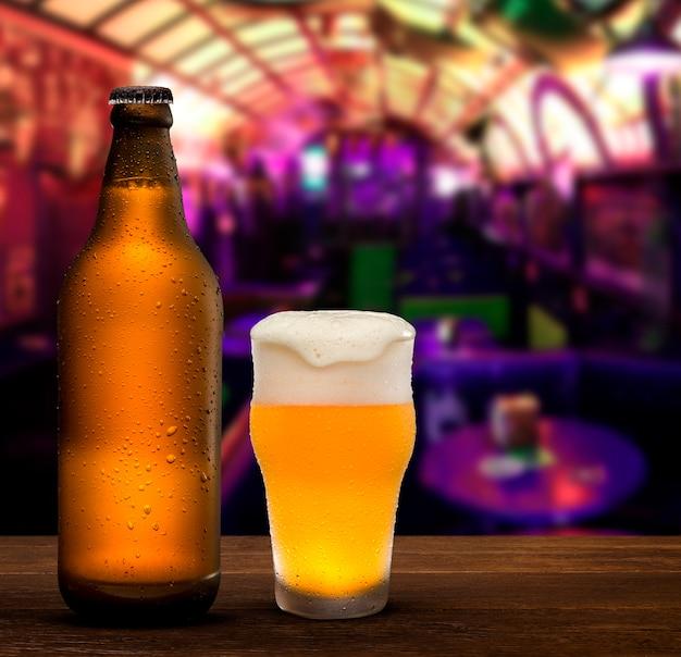 Концепция брендинга и маркетинга пива с линией неоткрытых немаркированных пустых коричневых бутылок и пивной чашки на фоне паба, концептуального октоберфеста или ночной жизни.