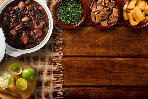 Бразильская еда фейжоада. вид сверху