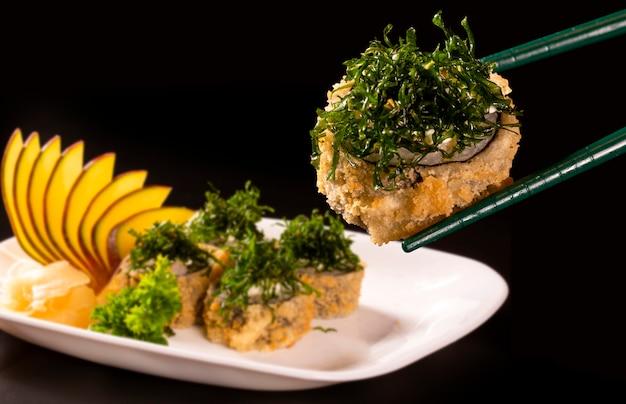 エビ、キュウリ、チーズフィラデルフィアのホット揚げ寿司ロール。寿司メニュー。日本の食べ物。太巻き