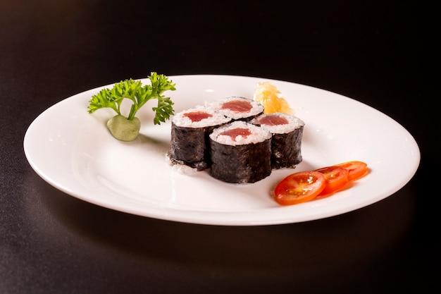 Суши тарелка на черном фоне