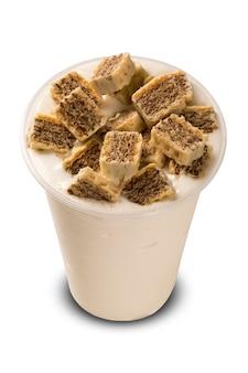 チョコレートをかけたミルクシェイク。白色の背景
