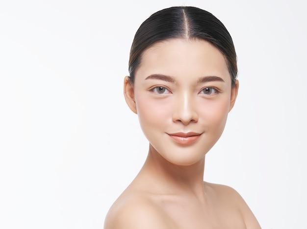自然な肌を持つ女性の顔の美しさの肖像画。