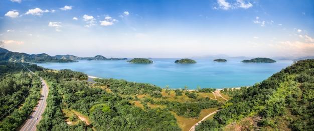 パラチ、ビーチ、そして青い海を一望できます。緑の森