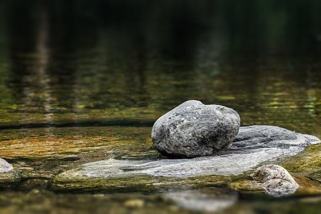 石と水の質感