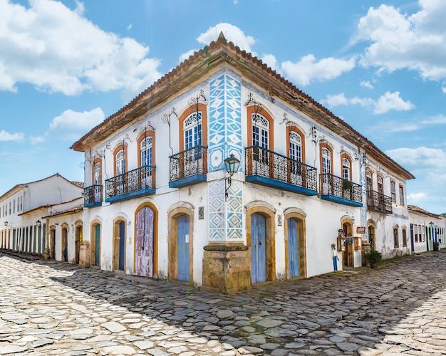 Улица и старые португальские колониальные дома в историческом центре города в парати, штат рио-де-жанейро