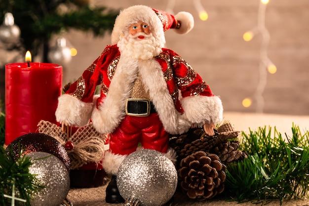 ボールとろうそくのクリスマスデコレーション。