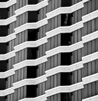 モダンな建物の窓とバルコニー