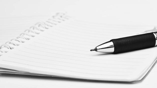 白い紙の上のペンのクローズアップ