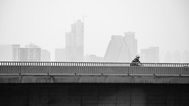男は市内の自転車レーンで自転車に乗る