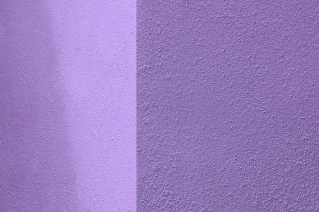 紫色のコンクリート壁の隅に光と影