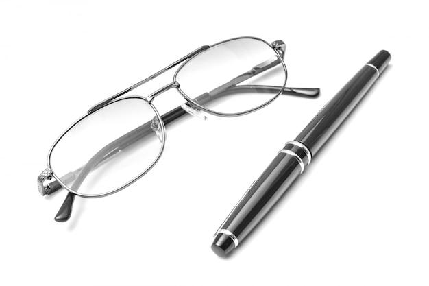 メガネと白い背景の上のペン