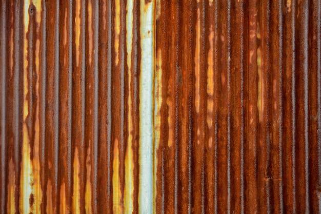 古くてさびた亜鉛メッキ鉄屋根の質感