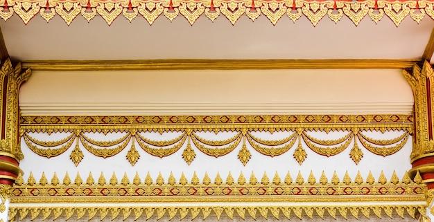 寺院 - タイの仏寺院で屋根の上の古代タイ漆喰パターンアート