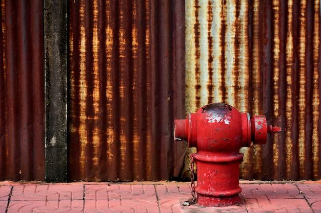舗装上の古いと損傷の赤い火の頭