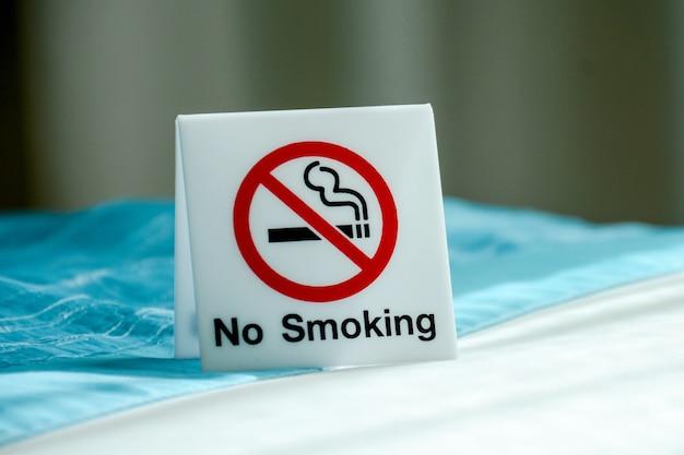 部屋の中に禁煙サイン