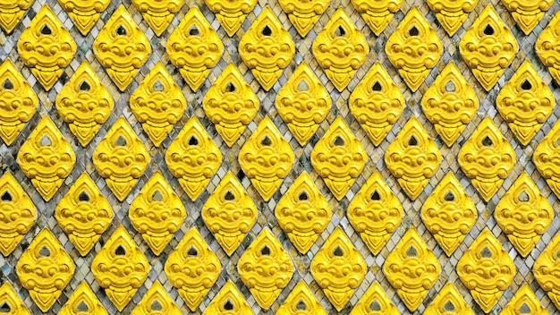 テンプルの壁の伝統的なタイスタイルのアートゴールドタイルパターン。