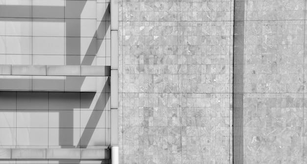 朝の影付きのモダンなコンクリート壁の建築デザイン