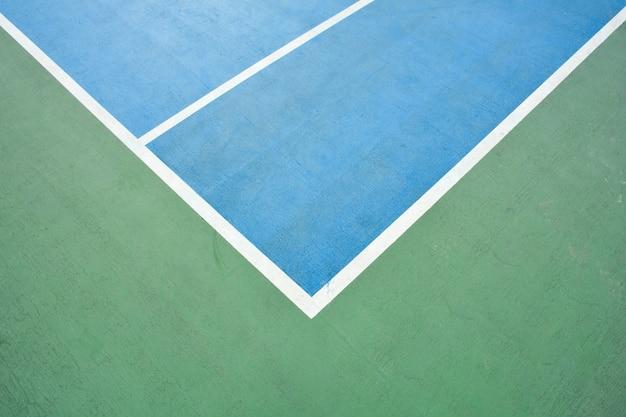 青と緑のバスケットボールコートのコーナー