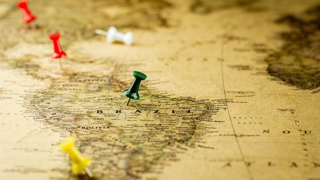緑の画鋲がブラジル地図上の場所をマーキングします。
