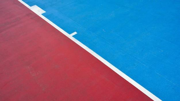 Крупным планом синий и красный бетон баскетбольная площадка