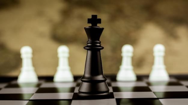 黒い王のチェスがチェス盤の上に一人で立っています。 - リーダーとビジネスの勝者の概念。