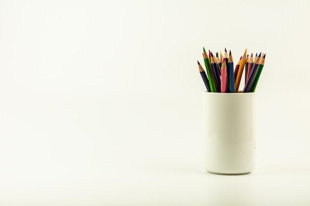 白いコーヒーカップの色鉛筆のカラフルです。