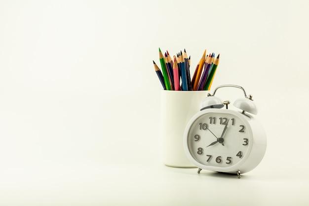 目覚まし時計と色鉛筆のセット。