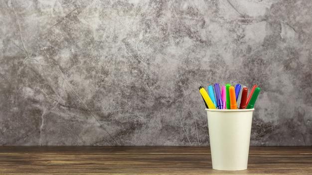 机の上の色鉛筆のセットです。 - 教育と学校に戻るコンセプト。