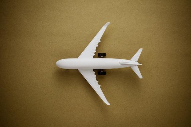 Модель самолета на фоне старой бумаги.