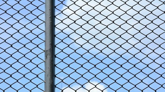 刑務所のケージ金属線壁