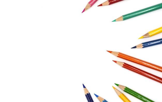 白い背景で隔離の色鉛筆