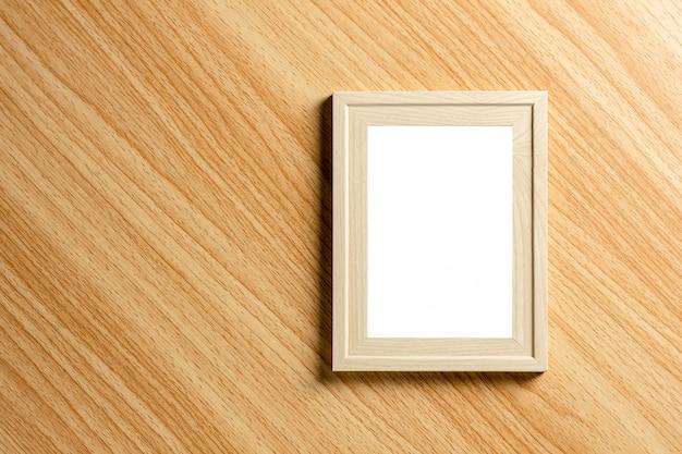 Пустая классическая деревянная рамка для фотографий на деревянном столе.