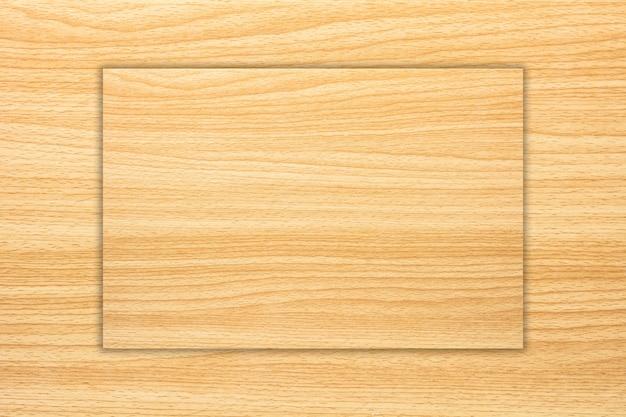 Бледно-коричневая текстура древесины с естественным рисунком.